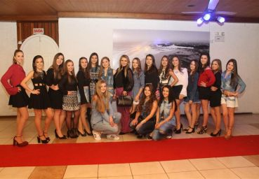 Debutantes desfilam Center Shopping