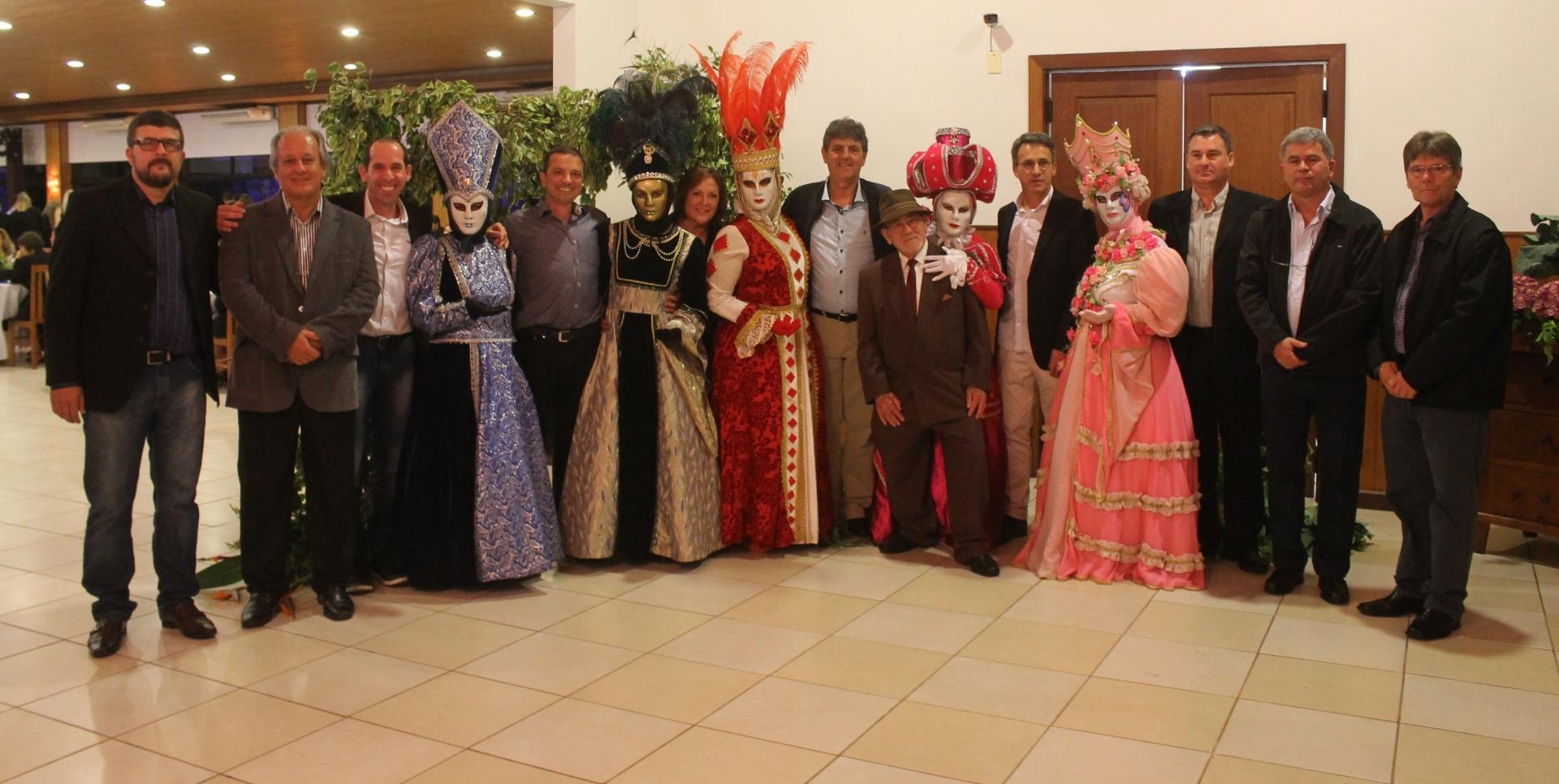 Jantar baile reúne a classe em Nova Veneza, integrando amigos e parceiros
